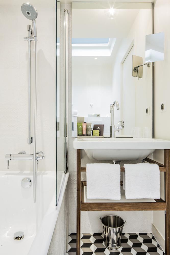 シャワールームは清潔感を感じられ、床のユニークな模様が空間を少し華やかにする