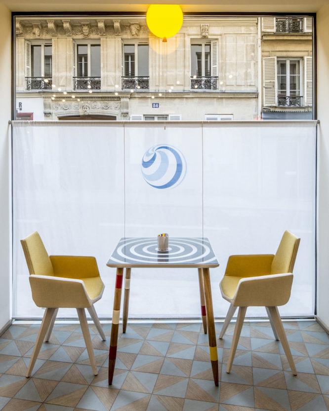 テーブルの椅子はヨーロッパで人気のある「ピックアップスティックス」というゲームがモチーフ