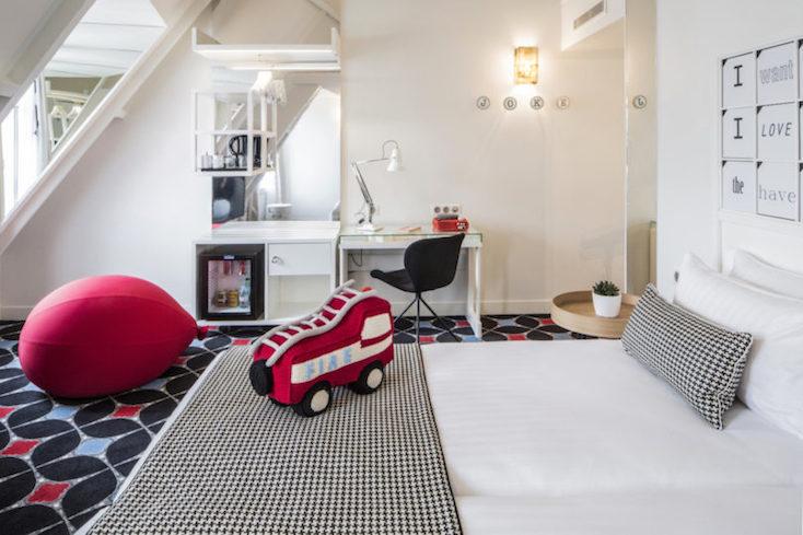 赤の車や風船をモチーフにしたクッションがかわいらしいツインルーム