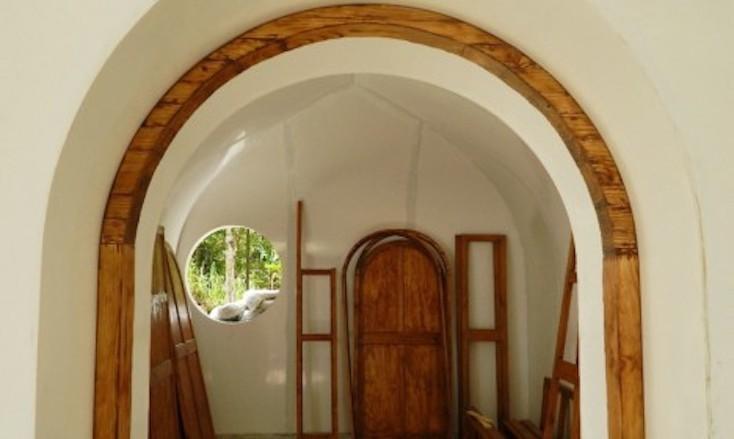 玄関部分は木材も使用しており、木のドアは家の雰囲気を明るくする