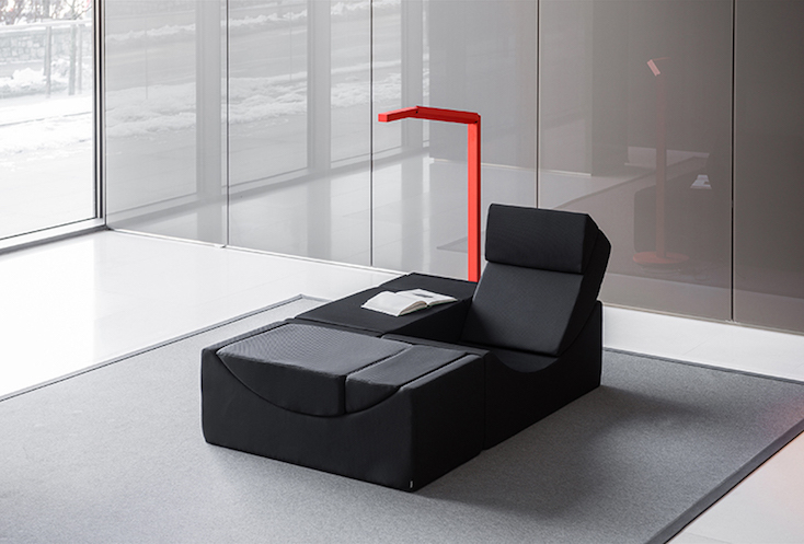 ソファを足を伸ばしてくつろげるひとり用にして、サイドテーブルとスツールのスペースを作ってみたり