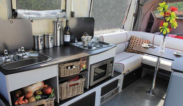 2つのダブルベット、2口バーナー付キッチン、ソファー、テーブル、キャビネットまで完備