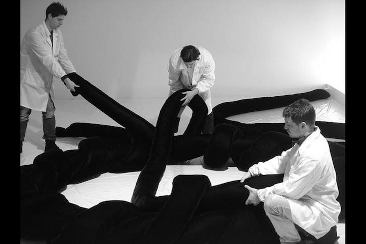全部で4人の製作者がお互いに協力し合い糸の波を作り、完成させる