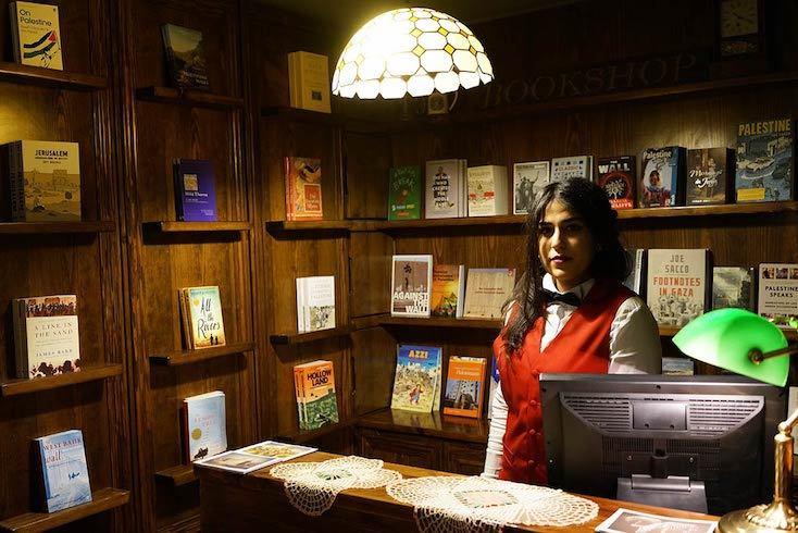 ホテル内に本屋が設置されている