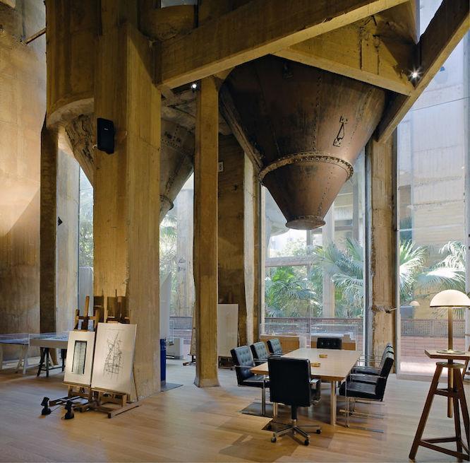 写真にある部屋には、天井部分にセメントを扱う設備が大胆に残っているのが興味深い