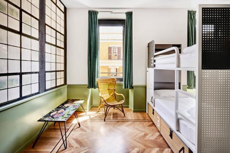 ローマのホステルGenerator Hotelのアートな部屋