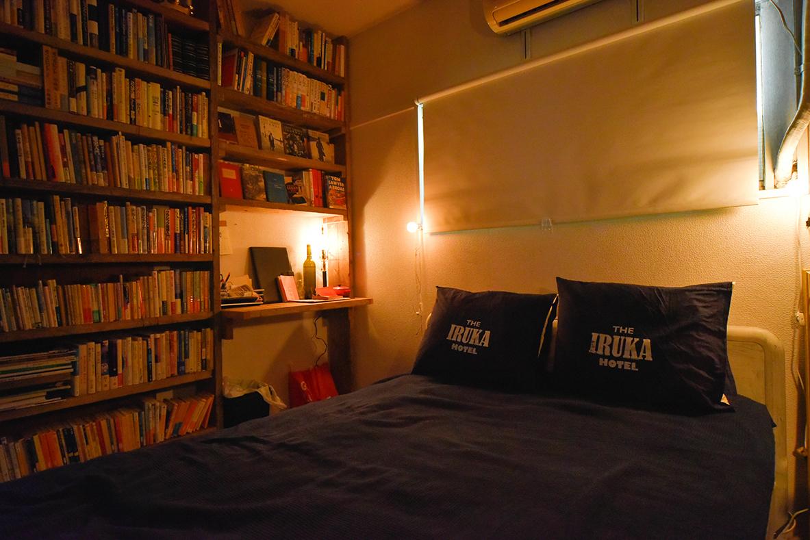 壁一面の本棚をDIYした寝室