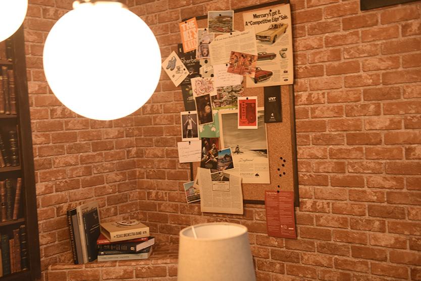 レンガの壁紙でブルックリン感を出したダンの部屋