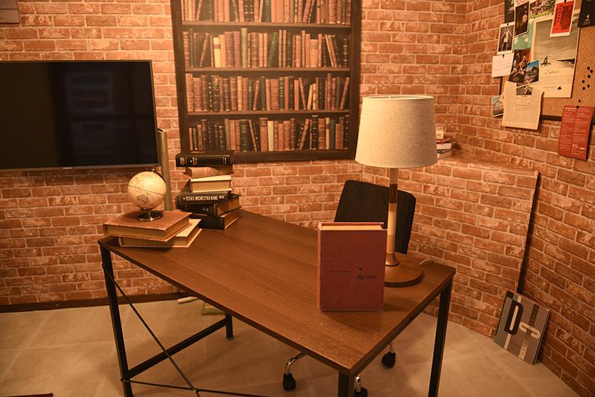 レンガと本棚の壁紙