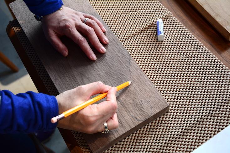 木材に鉛筆で好きな形を描いていく