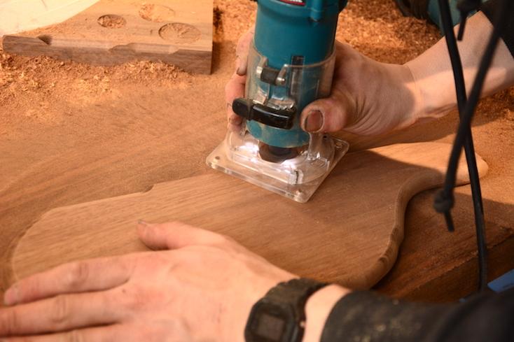 木材にボール盤を当てると、ガタガタしていた角が滑らかに整えられていく