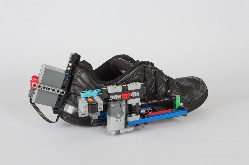 自動で靴ひもが結ばれるスニーカー