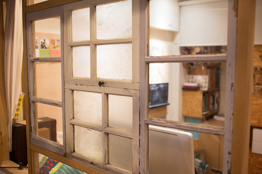 古い洋館のガラス窓を使って書斎をリノベ