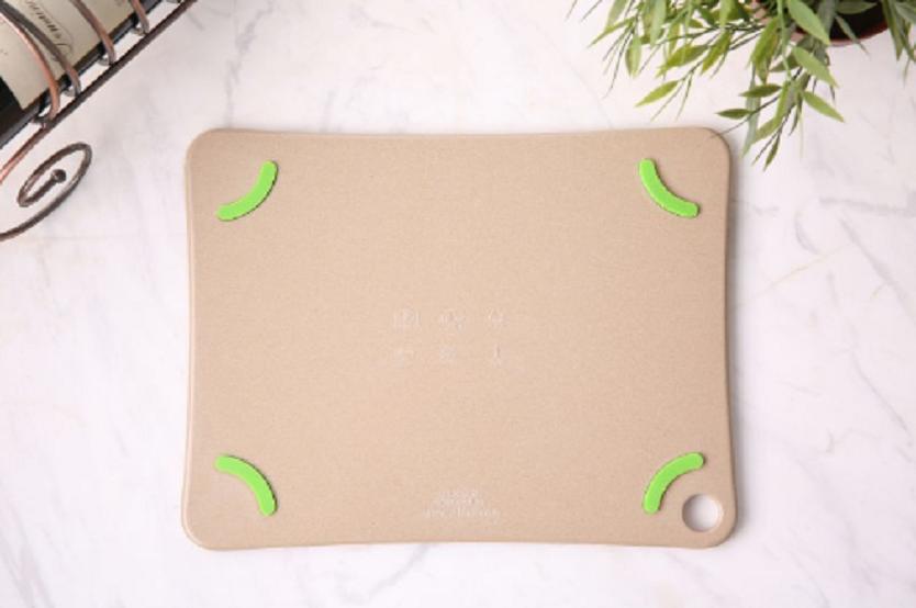 表面にはエンボス加工、製品本体背面にはシリコンを施しており、食材と本体、両方の滑りを防止