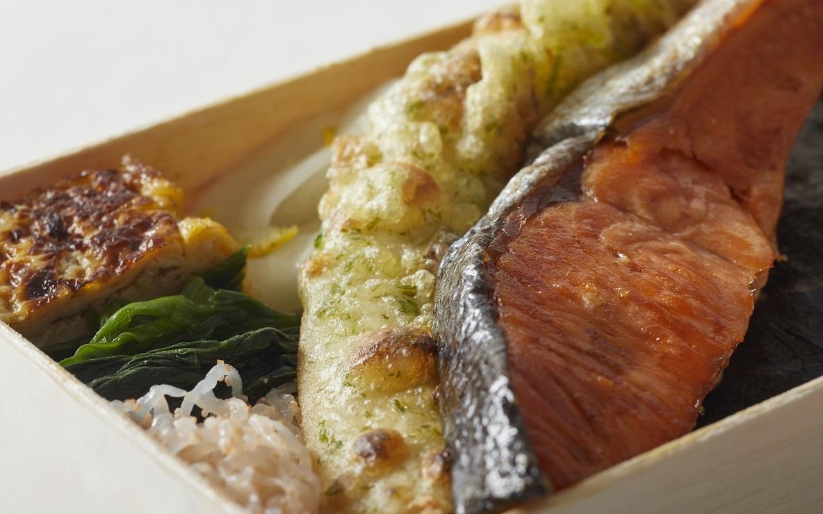 築地から直接仕入れた鮭がはみ出す『 海苔弁 海』