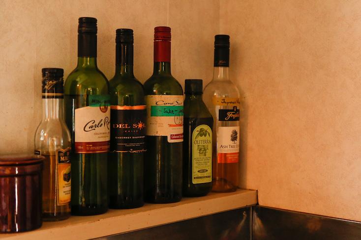 調味料は、既存のパッケージからワインボトルに入れ替える