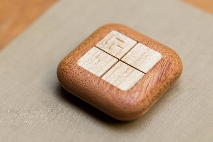 4つのボタンで家をコントロールする、木製のスマートガジェット