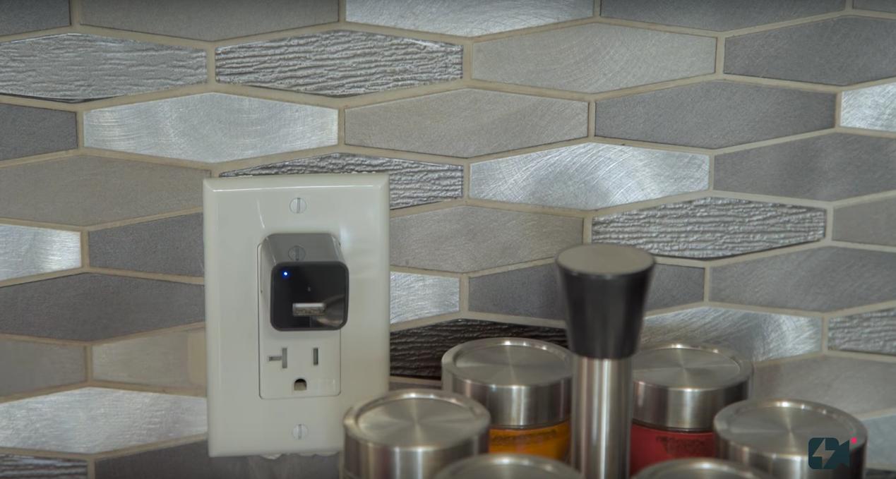 「LookOut Charger」は一見、USB充電器にしか見えない小型の監視カメラ