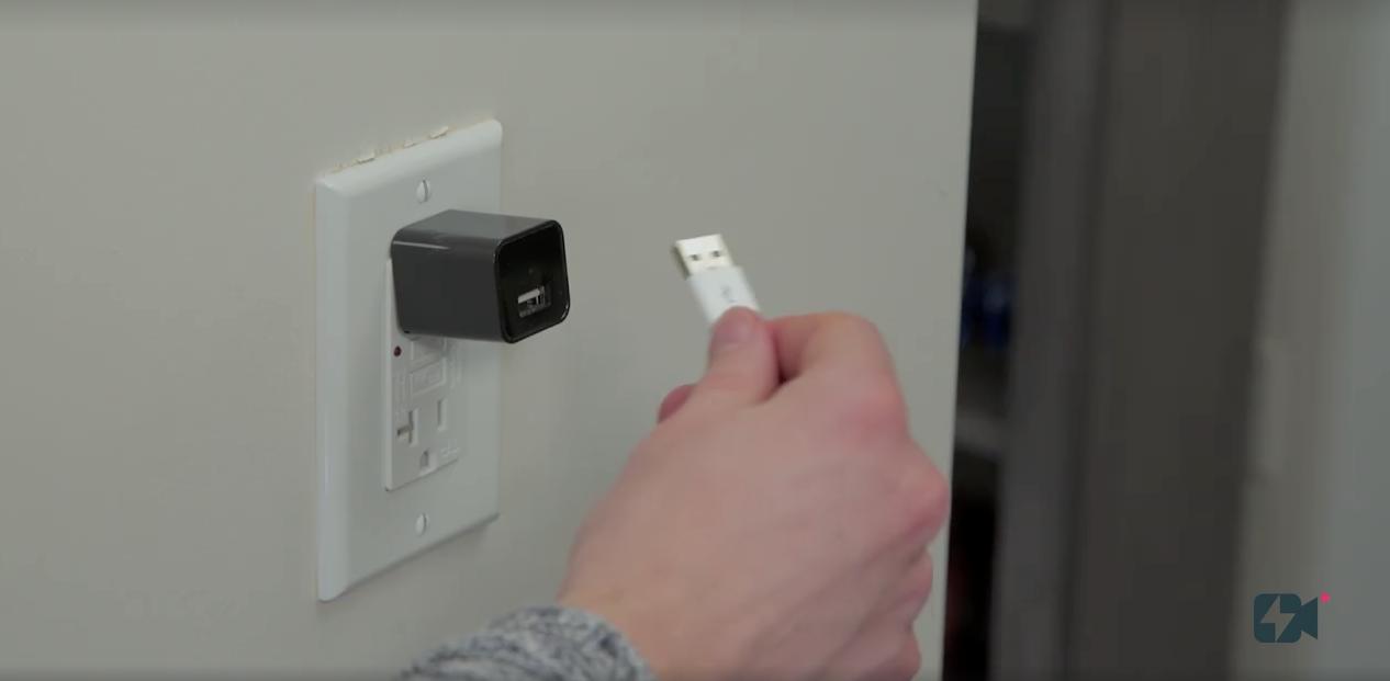 SDカードの差し口やカメラも見えないし、実際にUSBケーブルを繋げて充電できるというから、まさに充電器そのもの