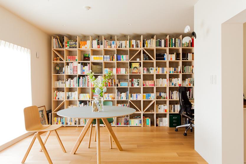 本がたくさんあるおしゃれな書斎