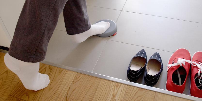 配達物受け取り時の一歩に。玄関に置いて使用するアイテム「トビイシ」