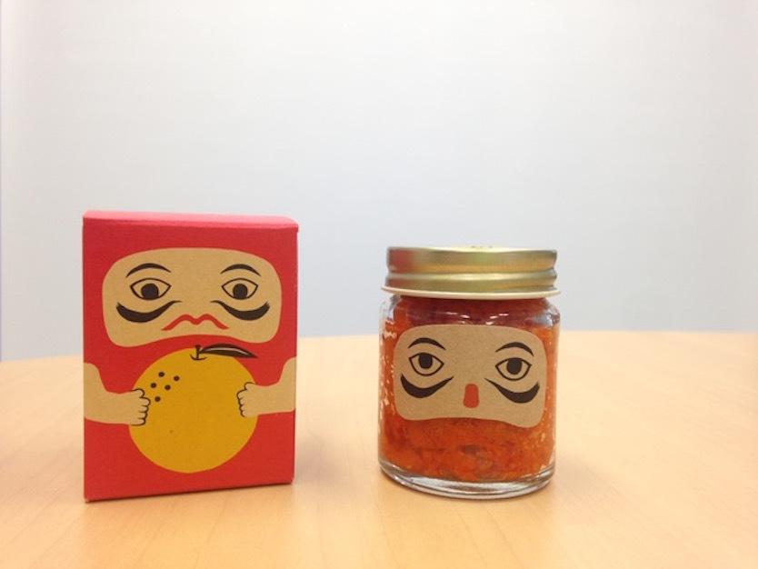 素材からデザインまで、岡山産にこだわった赤い柚子胡椒「吹屋の紅だるま」