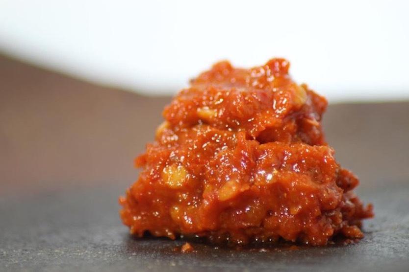 九州地方発祥の特産品・柚子胡椒は緑色が一般的だが、それは青唐辛子が原料だから