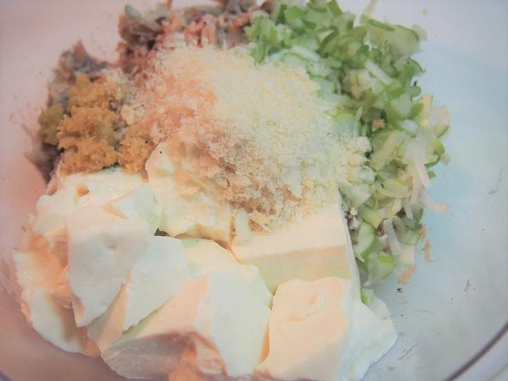 長ねぎ、絹ごし豆腐、パン粉、塩、ブラックペッパーを入れてよく練る