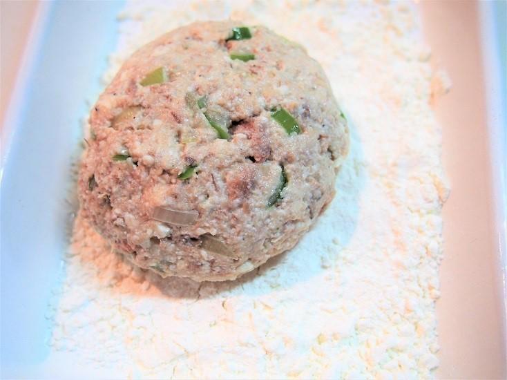 小判型にまとめ全体に小麦粉をまぶす