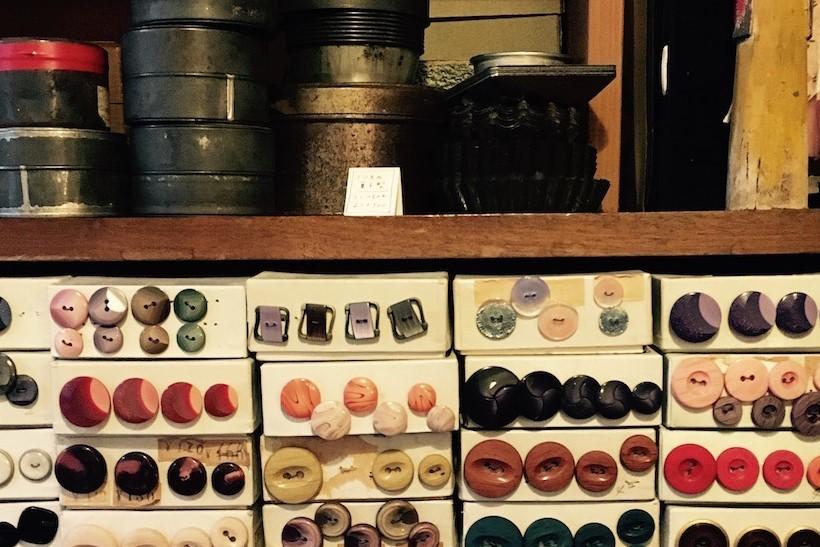 古道具Neglaからはレトロ雑貨や古着を販売