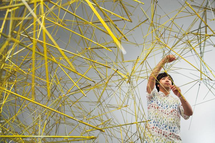 鬼頭健吾氏は、愛知県名古屋市生まれ。名古屋芸術大学、京都芸術大学大学院で油画を学んだ後、ニューヨークとベルリンで技術を磨き帰国。世界各国で個展やグループ展などを精力的に行っている。