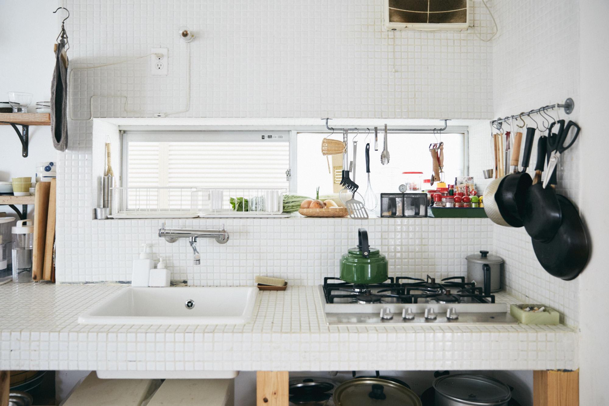 白のタイルがおしゃれなキッチン