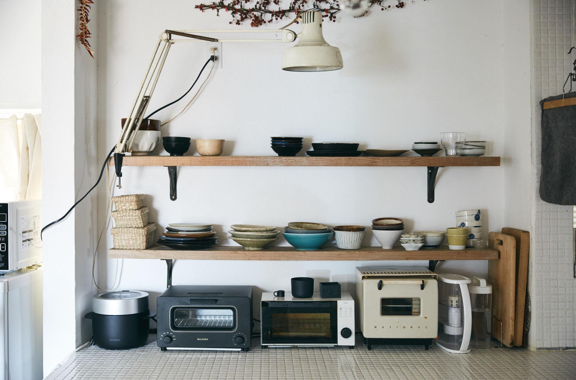 見せる収納がおしゃれなタイル張りのキッチン