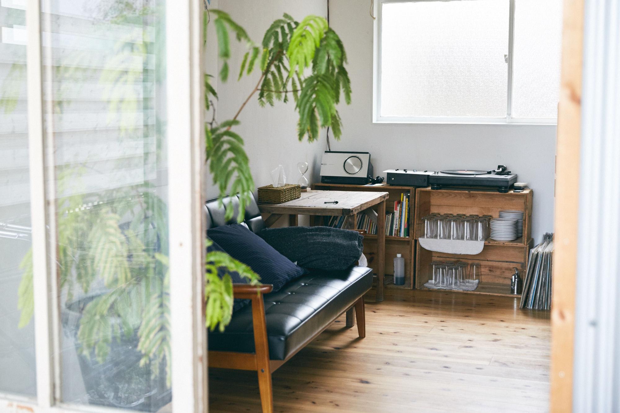 おしゃれなソファと無垢材の床が素敵な部屋