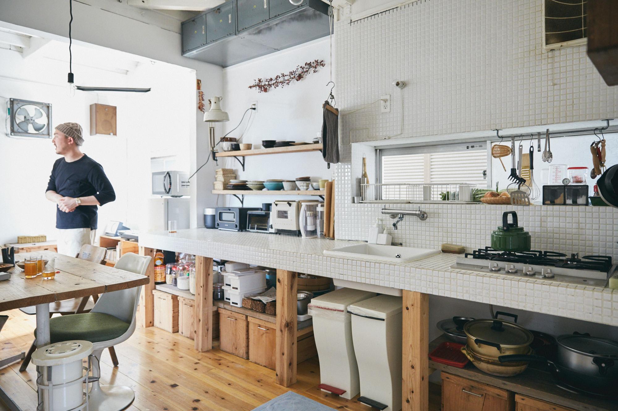白のタイルでDIYした素敵なキッチン