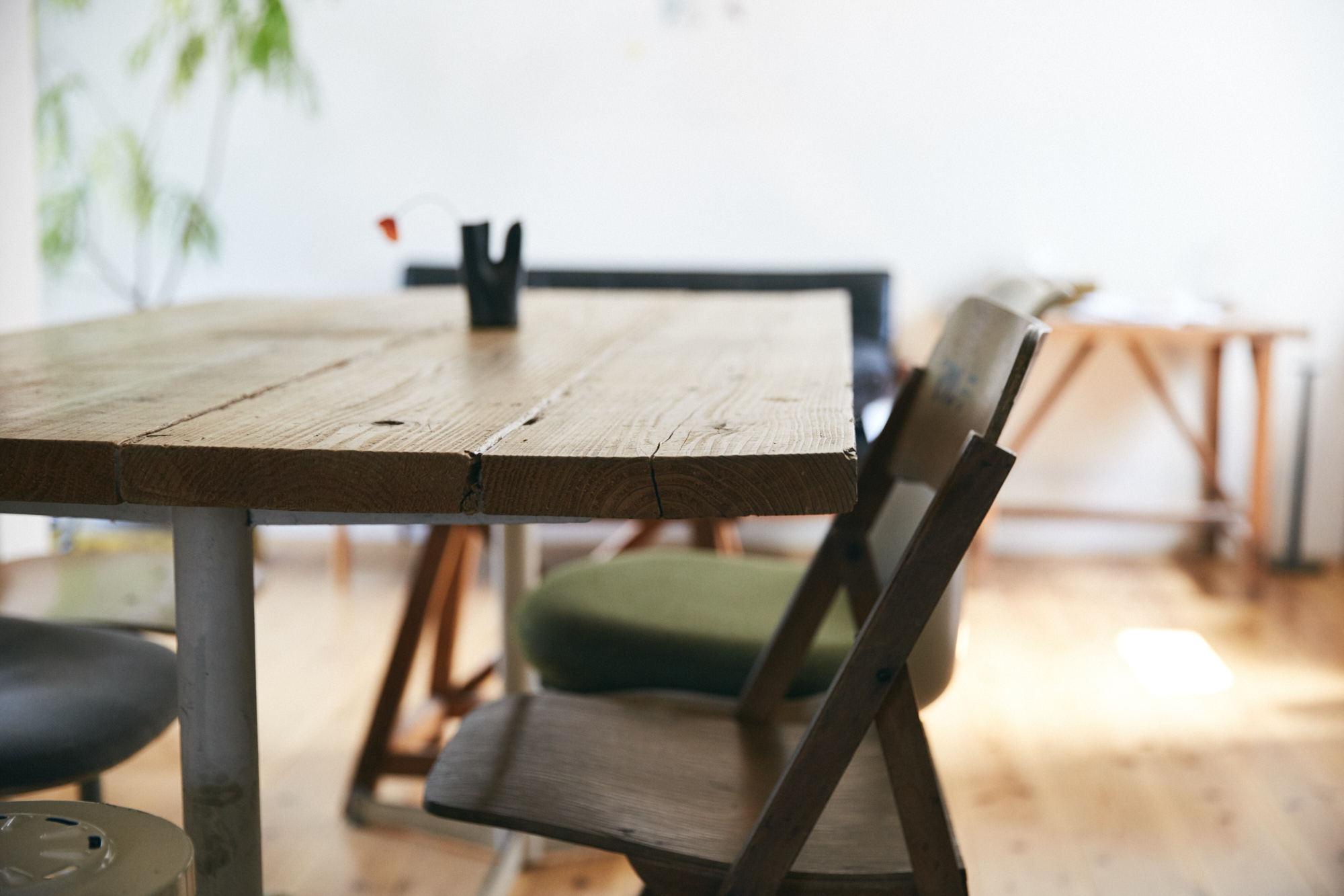 アンティークな木のテーブル