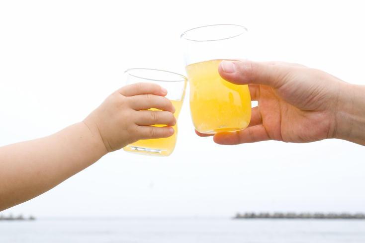 愛知県「石塚硝子」の、強化ガラスを使った子どもが持ちやすい「つよいこグラス」