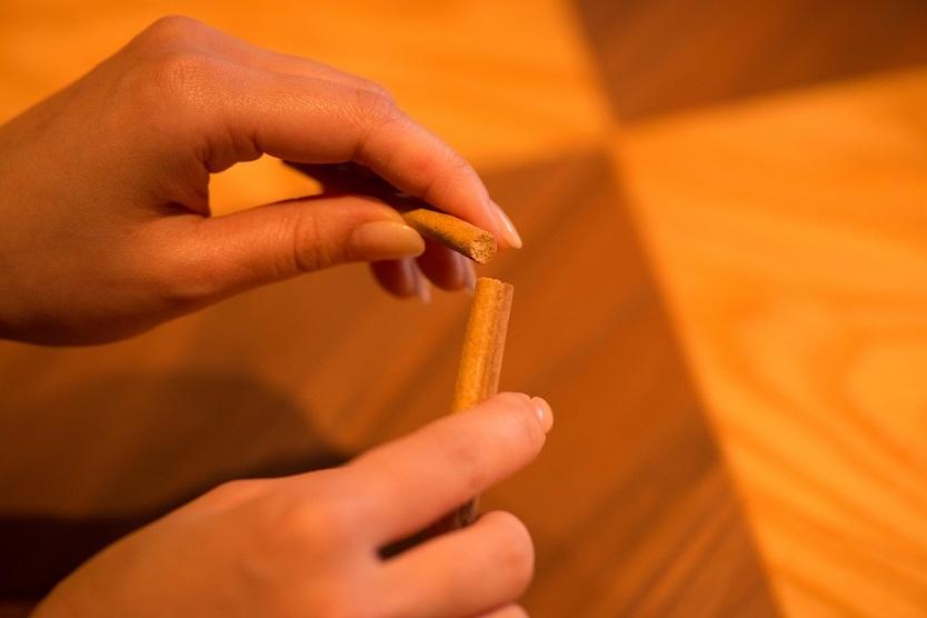 一本一本職人が手作りで生地を練り上げ、じっくり低温で焼き上げることで、サクッと食べやすい食感を実現している