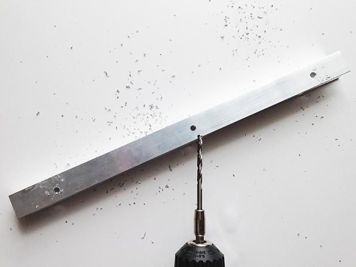 レールに使うアルミチャンネルに、鉄鋼用ビットを使って下穴を開ける