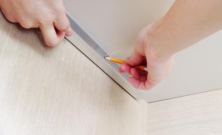 机の裏に印をつけるDIY