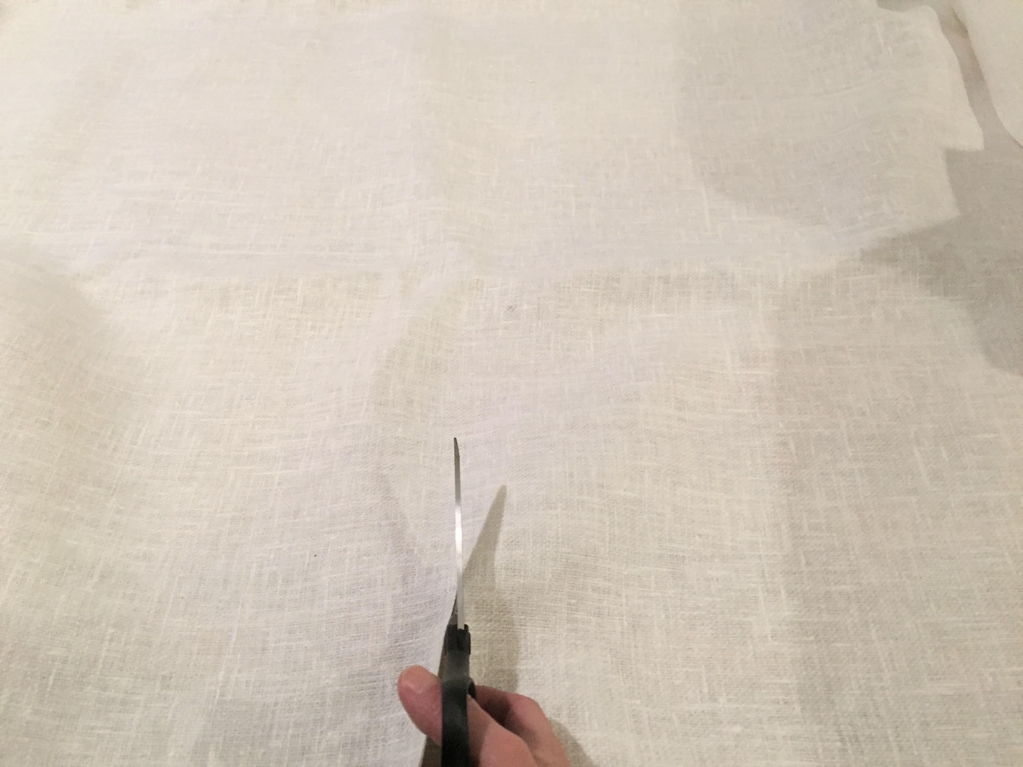 メジャーで測り、ひたすらはさみで切っていく