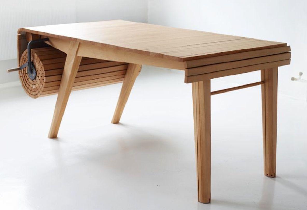 人数によって長さの調節が可能。約3倍に伸びる巻物のようなテーブル