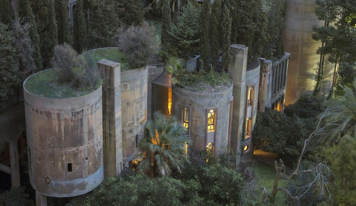 スペインの建築家、廃墟のセメント工場をデザイン性あふれる家にリノベ
