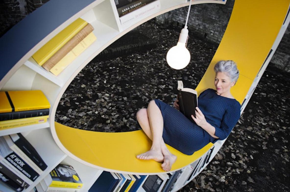 本棚と椅子が合体したインテリア「Bookwarm」の紹介