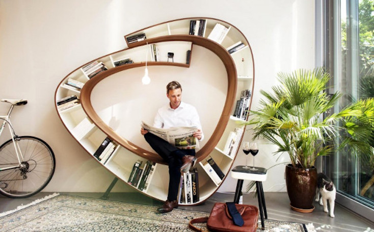 本棚と椅子、豆電球が組み合わさる。快適な読書空間を作り出すインテリア