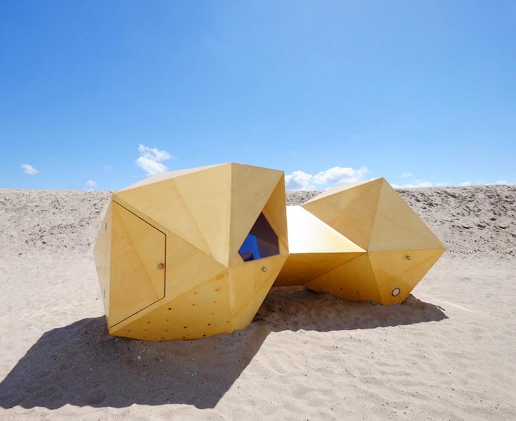 砂漠に泊まるシェルタープロジェクトのsolid family