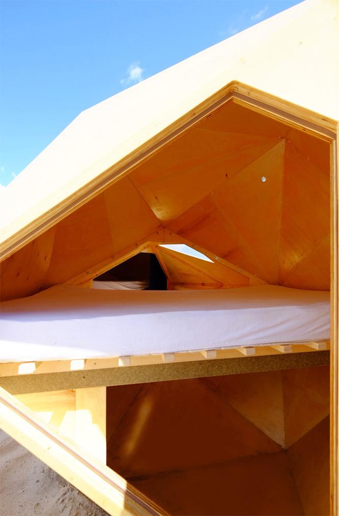 砂漠に泊まるシェルタープロジェクトの宇宙船のような建物