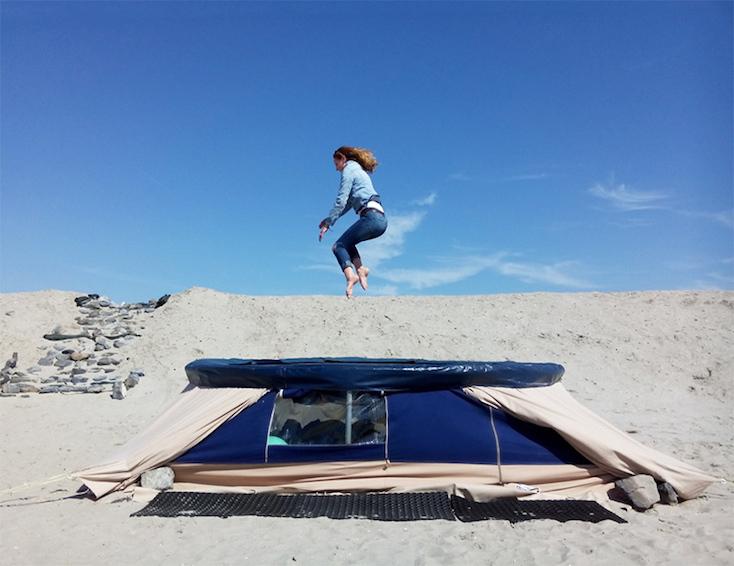 砂漠に泊まるシェルタープロジェクトのtrampotent