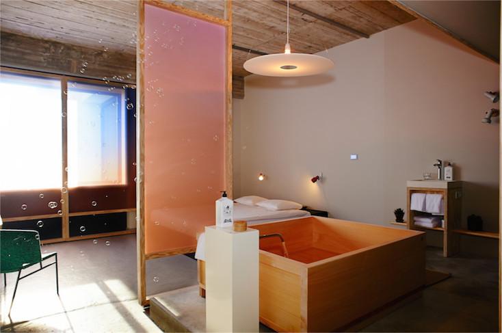 日本人には馴染み深い広々とした檜風呂があり、バスタブにゆっくりと浸かりながら、疲れた身体を癒したくなるような部屋だ