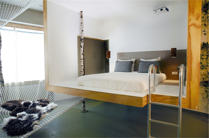 階段を登る必要のあるベッドスペースは、ちょっとした高い場所が好きな人にはうれしい
